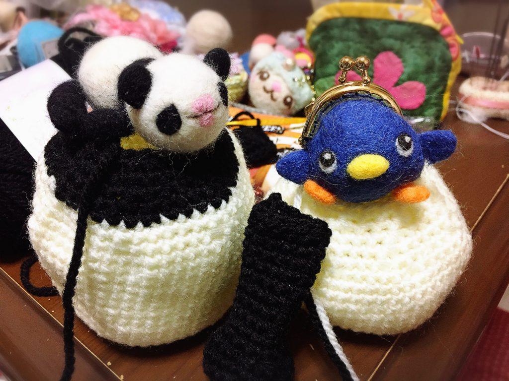 赤ちゃんパンダと、編みぐるみの途中。