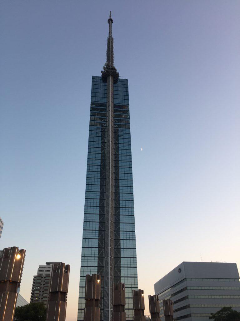福岡タワーと三日月