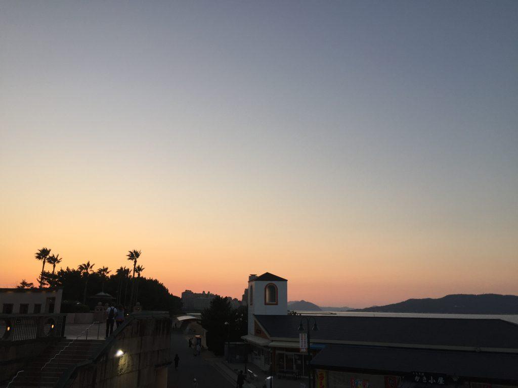 夕暮れに染まる百道浜