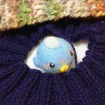 丸いハコフグさんと、編み直し中の帽子。