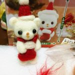 ダイソーさんの百均羊毛フェルトクリスマスキット、シロクマさんの完成です♪