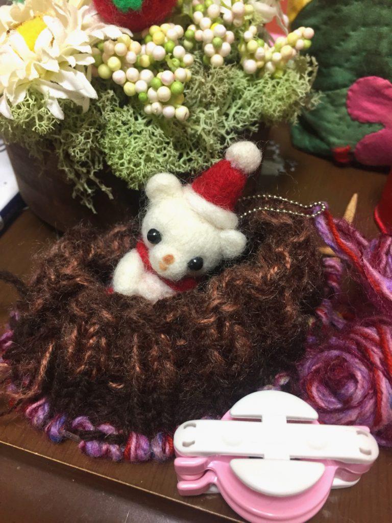 百均のクリスマスキットのクマさんと、アレンジフラワーと編み物