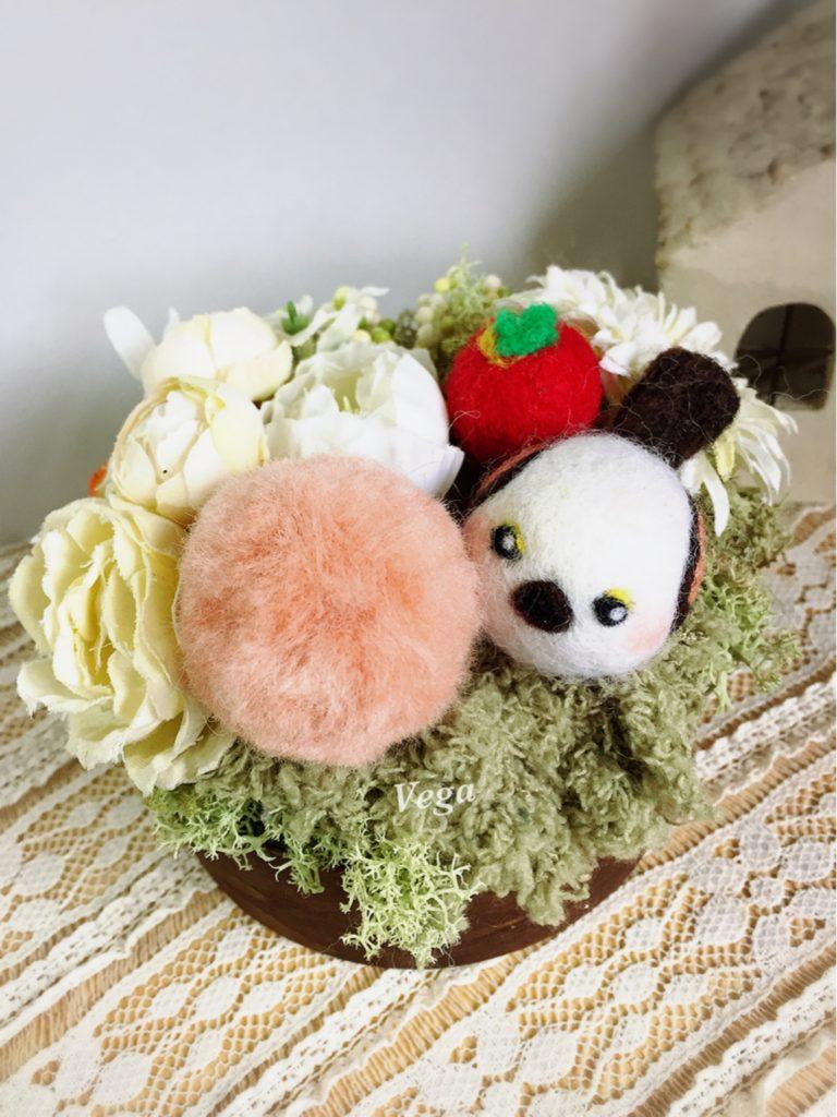 フェイクフラワー+羊毛フェルトのいちご+シマエナガ+羊毛ポンポン。