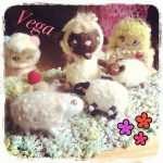 羊毛フェルトマスコット集合写真には、マトリョーシカ、ひつじ、アリスが。