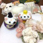 和風の色を集めながら。コサージュと白い柴犬ちゃんお雛様をチクチク。