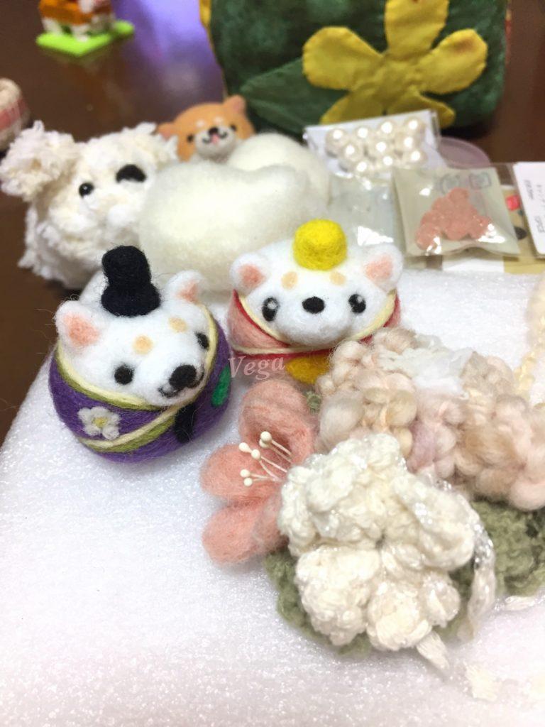 コサージュと、白い柴犬ちゃんお雛様