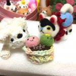 小さな編みぐるみワンちゃんと、張り子犬。待ち遠しい桜咲く。
