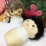 お人形さんの髪と衣装。春の一日は、ほのぼのと。