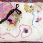 ミニアチュールゼロ展に出展した羊毛刺繍作品、「生きゆく」。
