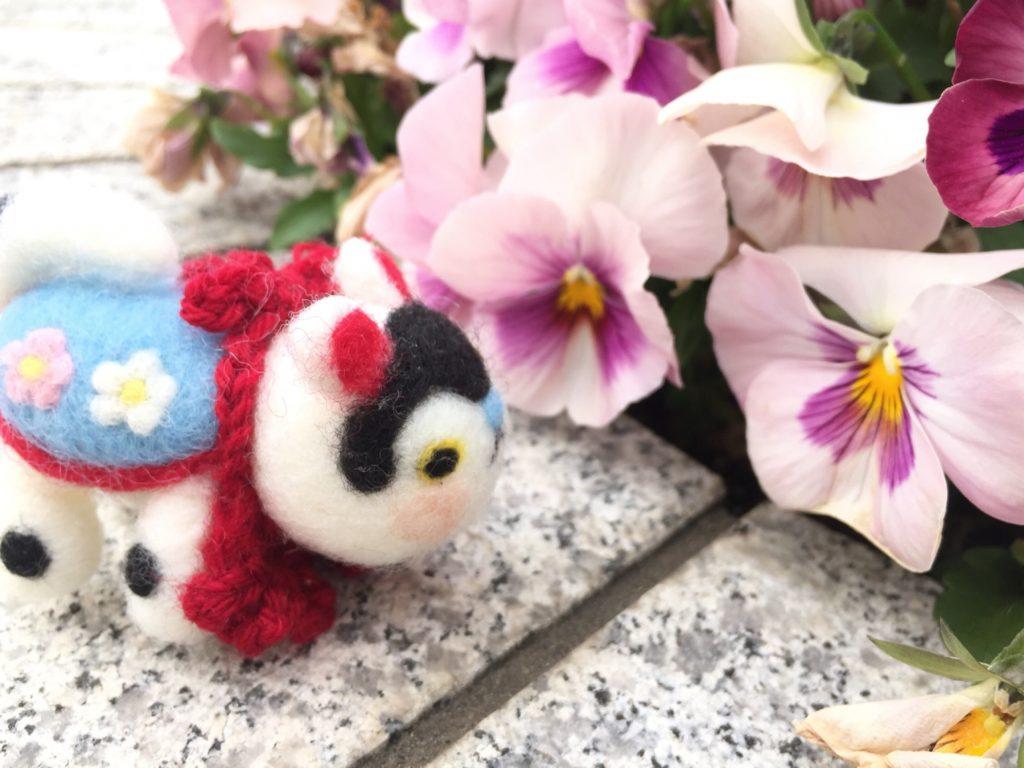 張り子犬さんと、花壇の花