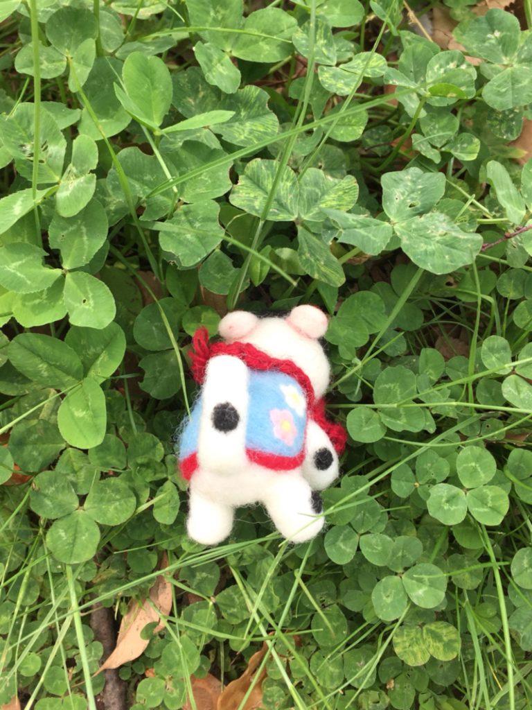 四つ葉のクローバーを探す、張り子犬さん