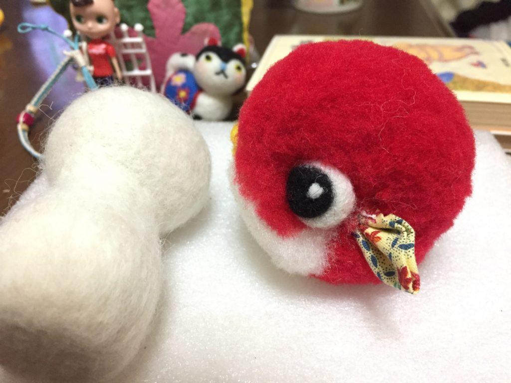 小さなヒレが付いた、赤いポンポンマスコット