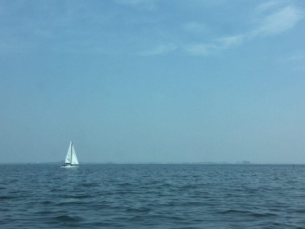 船内から見えるヨット