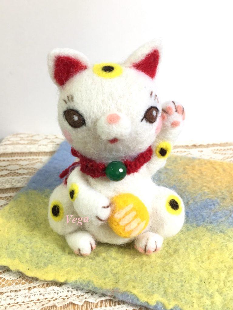 左手を挙げた招き猫ちゃん
