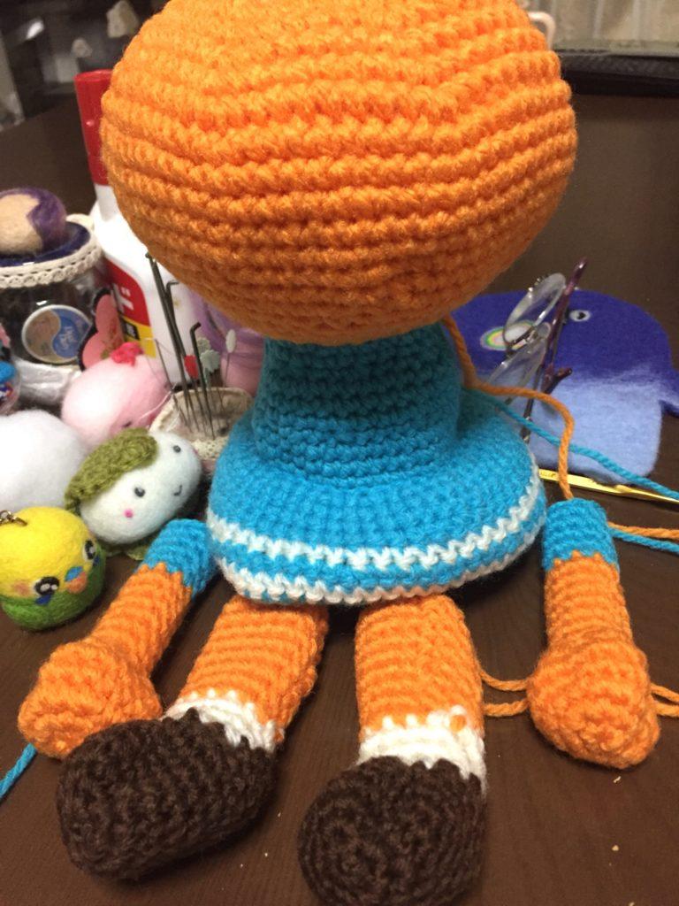座らせた、編みぐるみちゃん