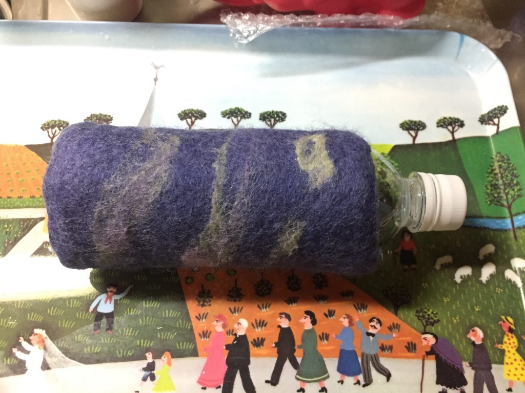 水フェルトで作った、ペットボトルカバー