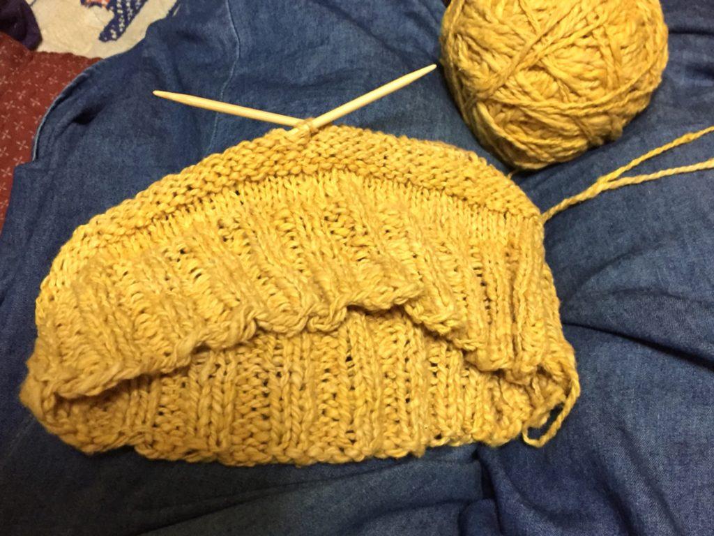 玉ねぎ染めをした、コットン糸で編み始めた帽子