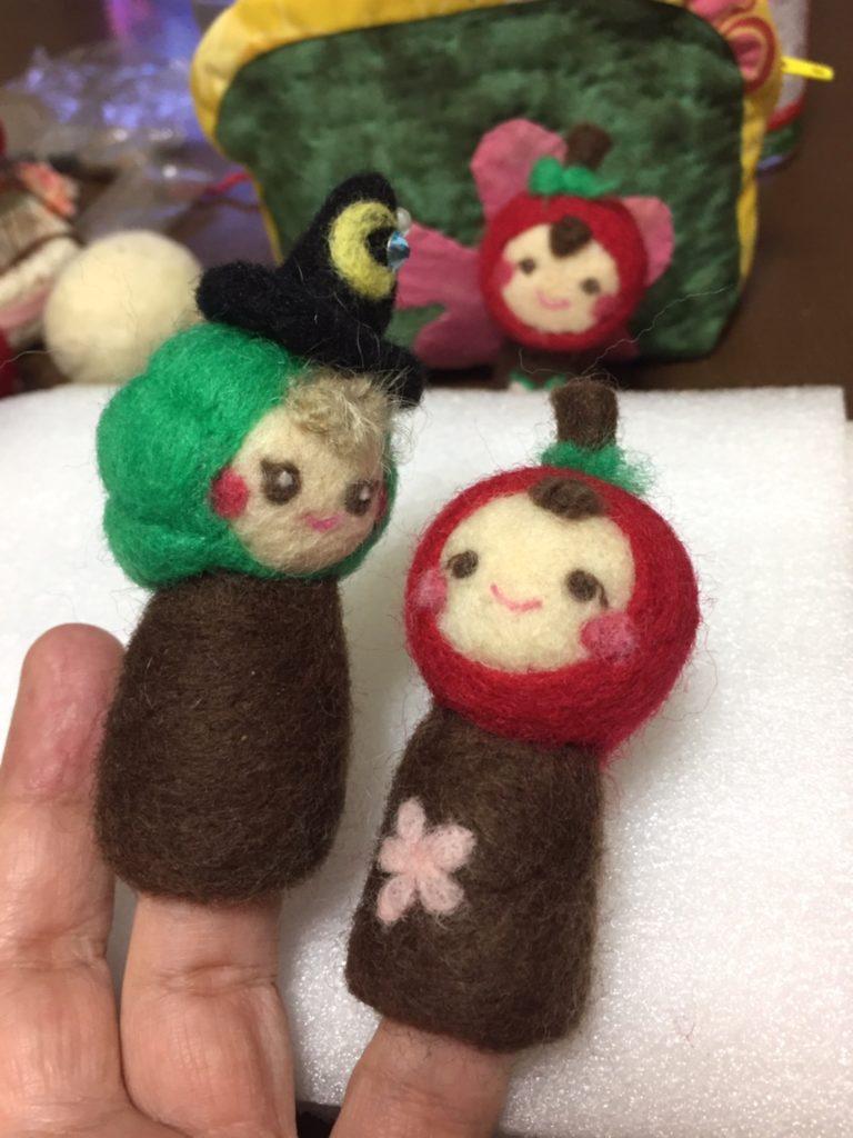 ハロウィンのかぼちゃの指人形と、りんごのほっぺのりんごちゃんの指人形