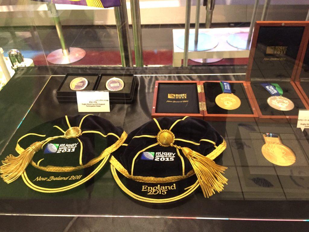優勝したチームに贈られる帽子やメダル
