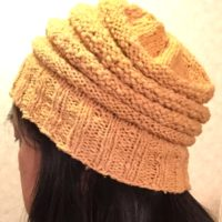 玉ねぎ染めをしたコットン糸の帽子を、被ってみました(笑)