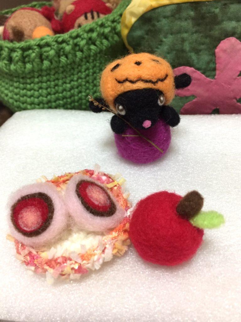 ハロウィンの、かぼちゃひつじさんといちご大福に、りんご