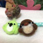 小さな小鳥ブローチ。ワークショップのサンプルは、スズメさんとメジロさん。
