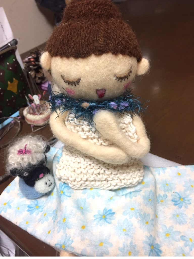 お洋服を製作中の、お人形さん