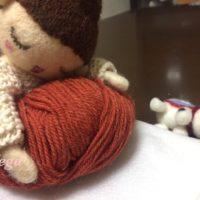 お人形さんが、もたれている色 レンガ色