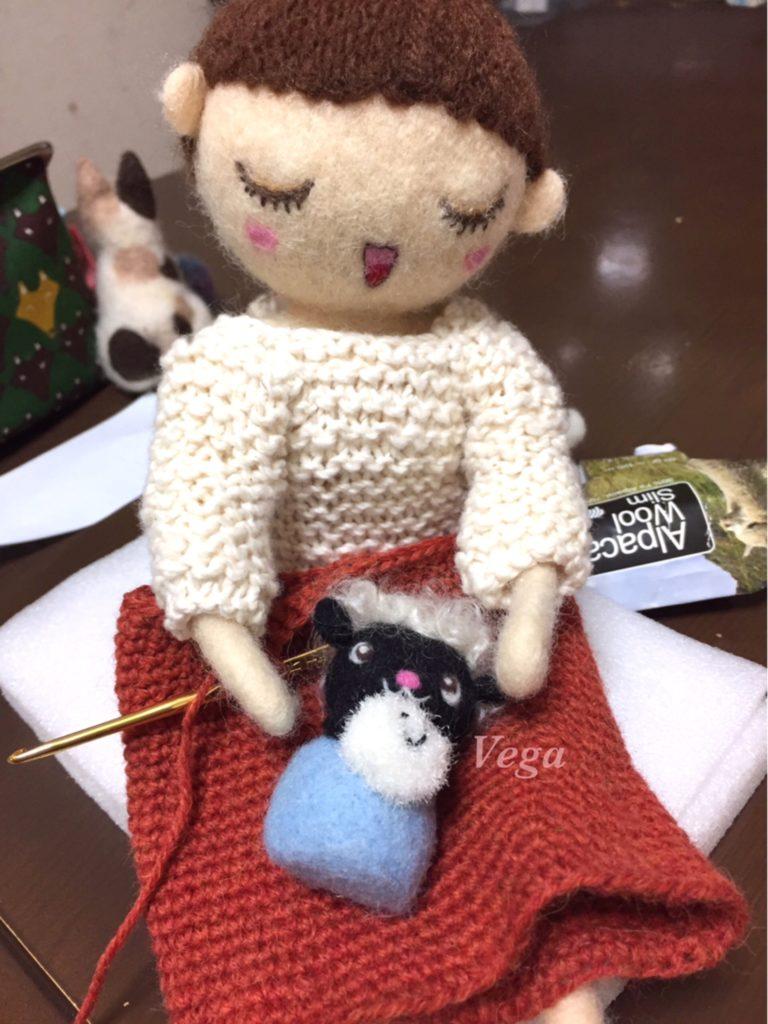 裾から編んでいる、お人形さんのスカート
