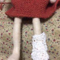 片方編めた靴下を、お人形さんに。