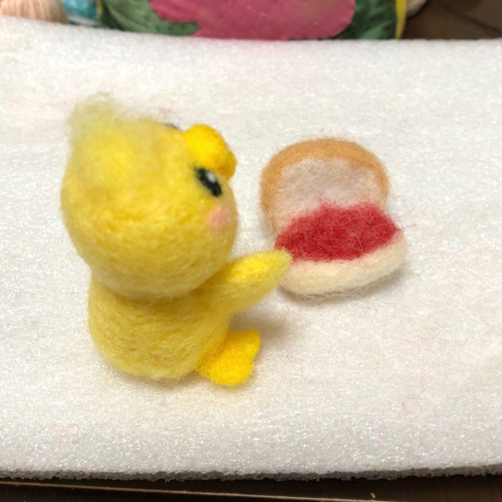 作った色を乗せた、羊毛フェルトのコッペパン