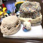 編み巾着を逆さまにしたら、可愛らしい帽子に?