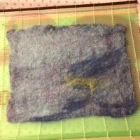 羊毛フェルトで作った、ブルーの背景