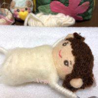幼い感じの、着せ替え人形は女の子。