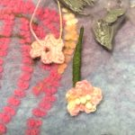 細いかぎ針で編んだ、小さな小さなお花は、ピンクと黄色のグラデーションの、細いヘンプ糸を使ったもの。