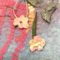 細いヘンプ糸で編んだ、小さなお花