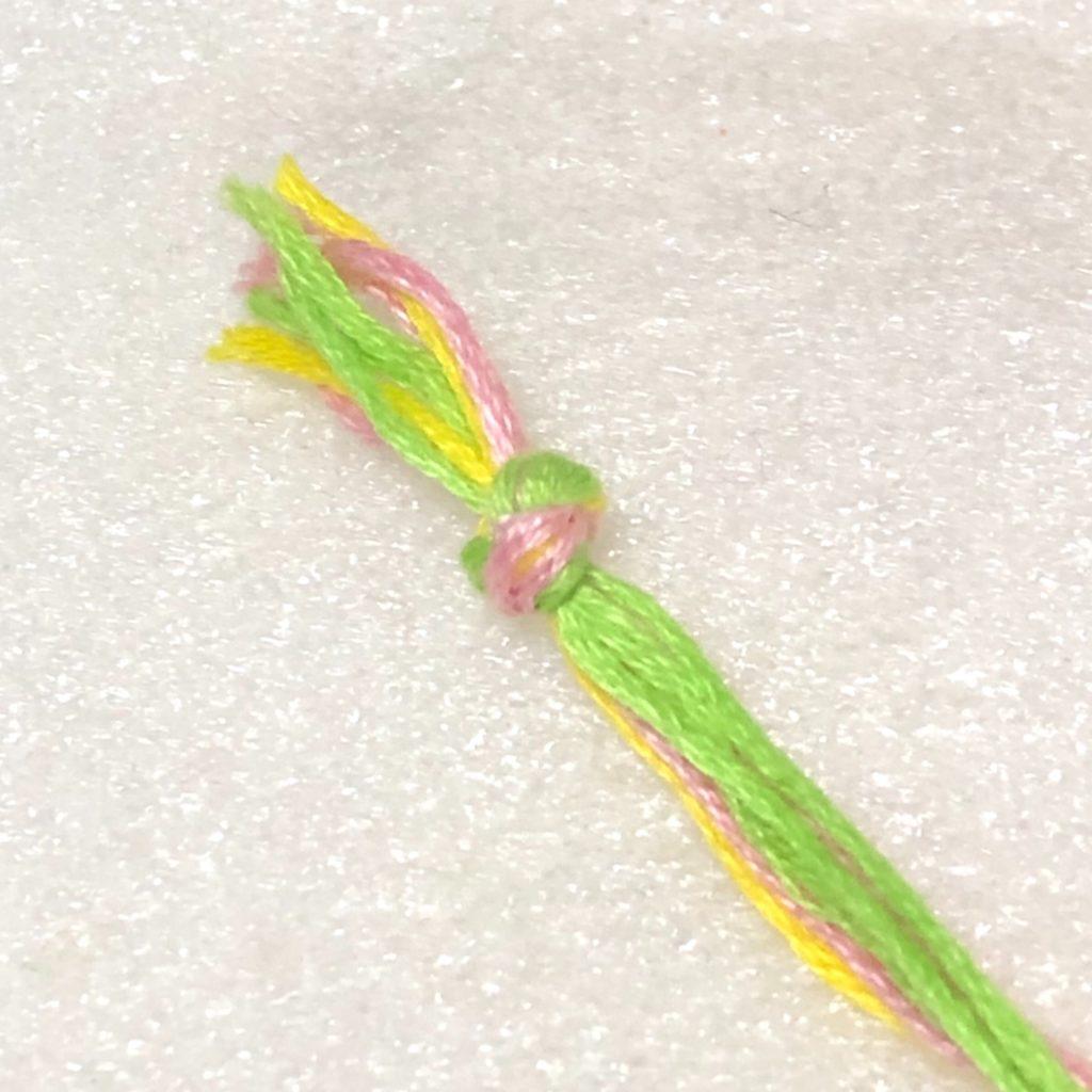 端っこをまとめて結んだ糸