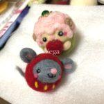 赤い姫だるまの羊毛フェルトマスコットは、ネズミさん。イベントに向けて、干支マスコットを増やしていきたいです。