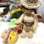 お人形さん用に、麻糸で編んだ小さな帽子を増やしています。ヘアゴムにしても、可愛いかも。