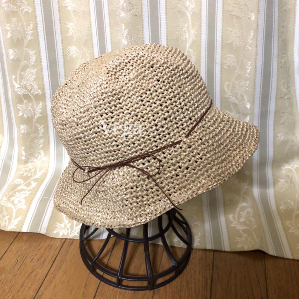 つばを開いた夏帽子