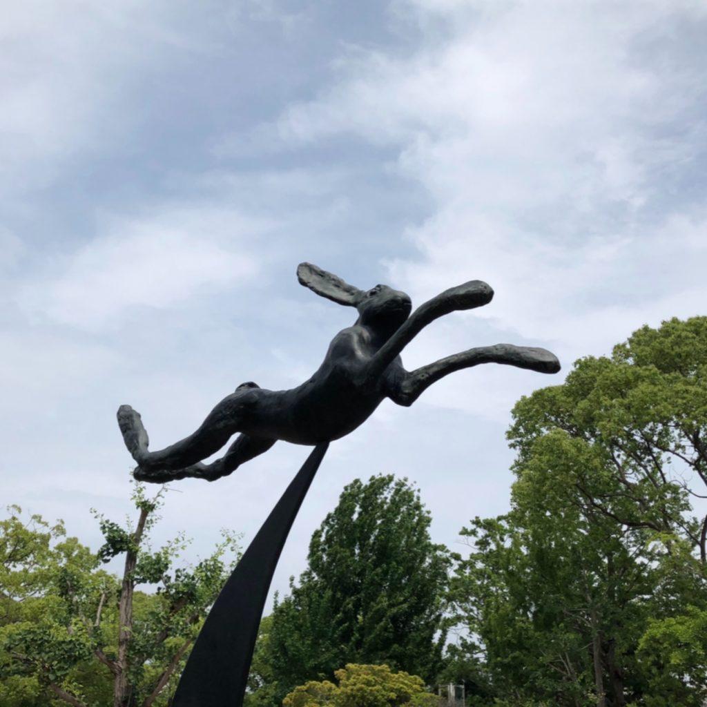 バリーフラナガン作の「三日月と鐘の上を跳ぶ野うさぎ」