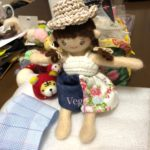 着せ替え人形さんの新しい服。まずは手縫いで、パンツを試作。