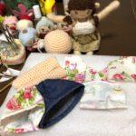 羊毛フェルト、縫い物、編み物。いろいろ製作中のテーブルの上は、花盛り(笑)