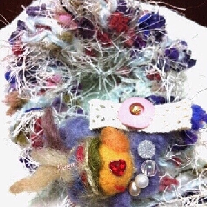 編みシュシュとおさかなブローチ