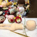 お人形さんの編みぐるみ。見つめる干支のマスコットや、キノコにラグビーメンバー。