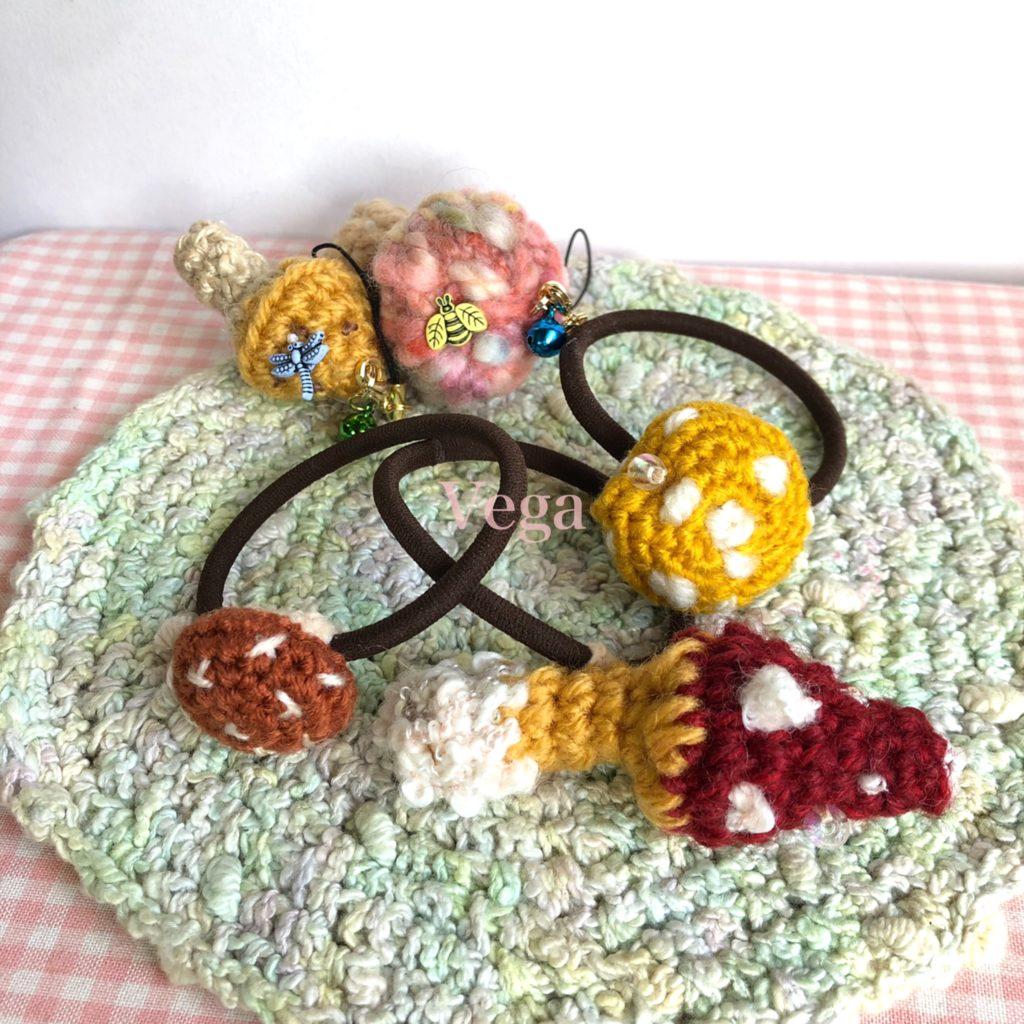 キノコ編みぐるみストラップ、ヘアゴム、ブローチ