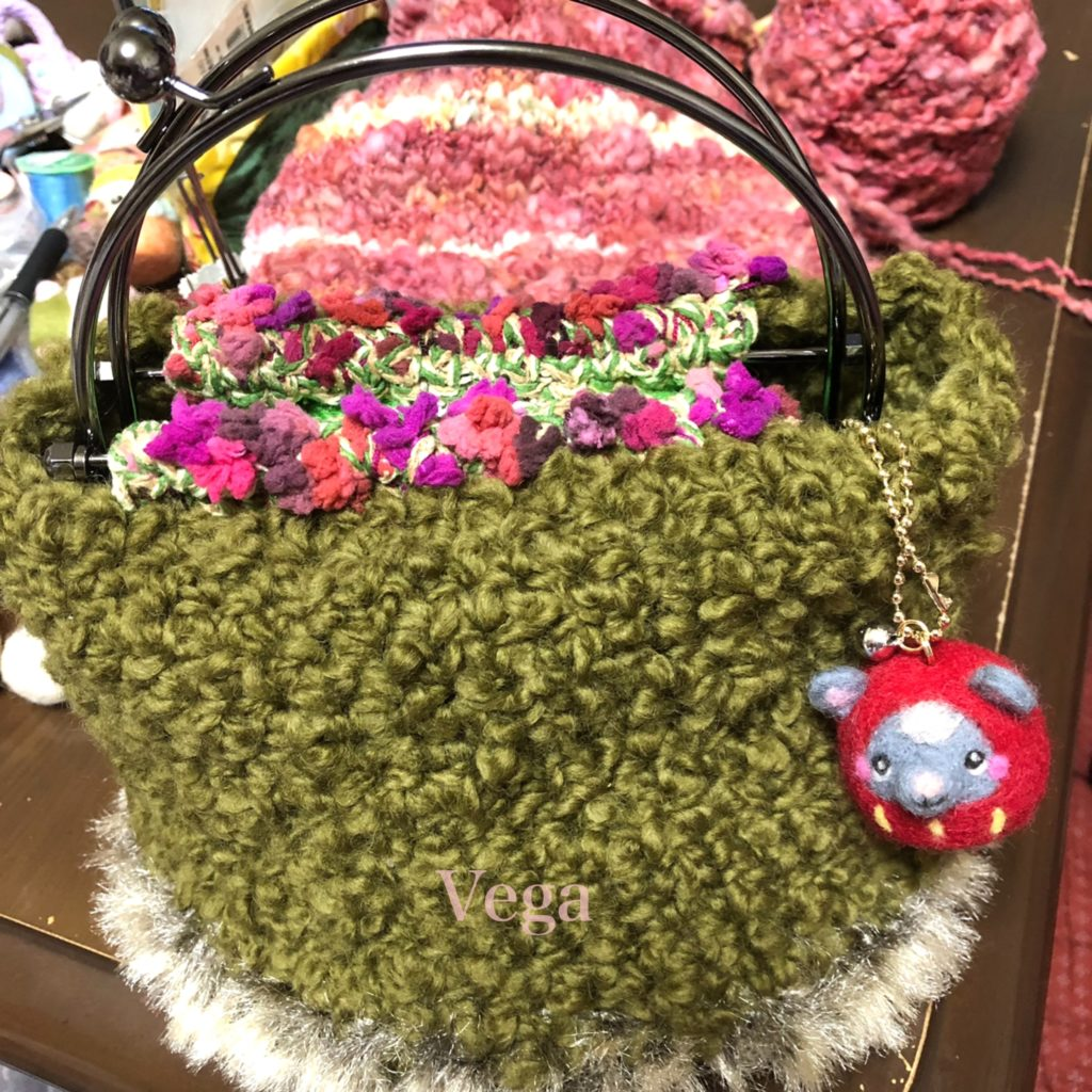 モコモコのグリーンのバッグ