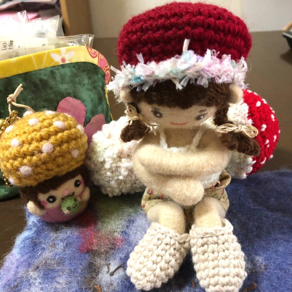 マッシュルーム型の帽子を被った、着せ替え人形さん