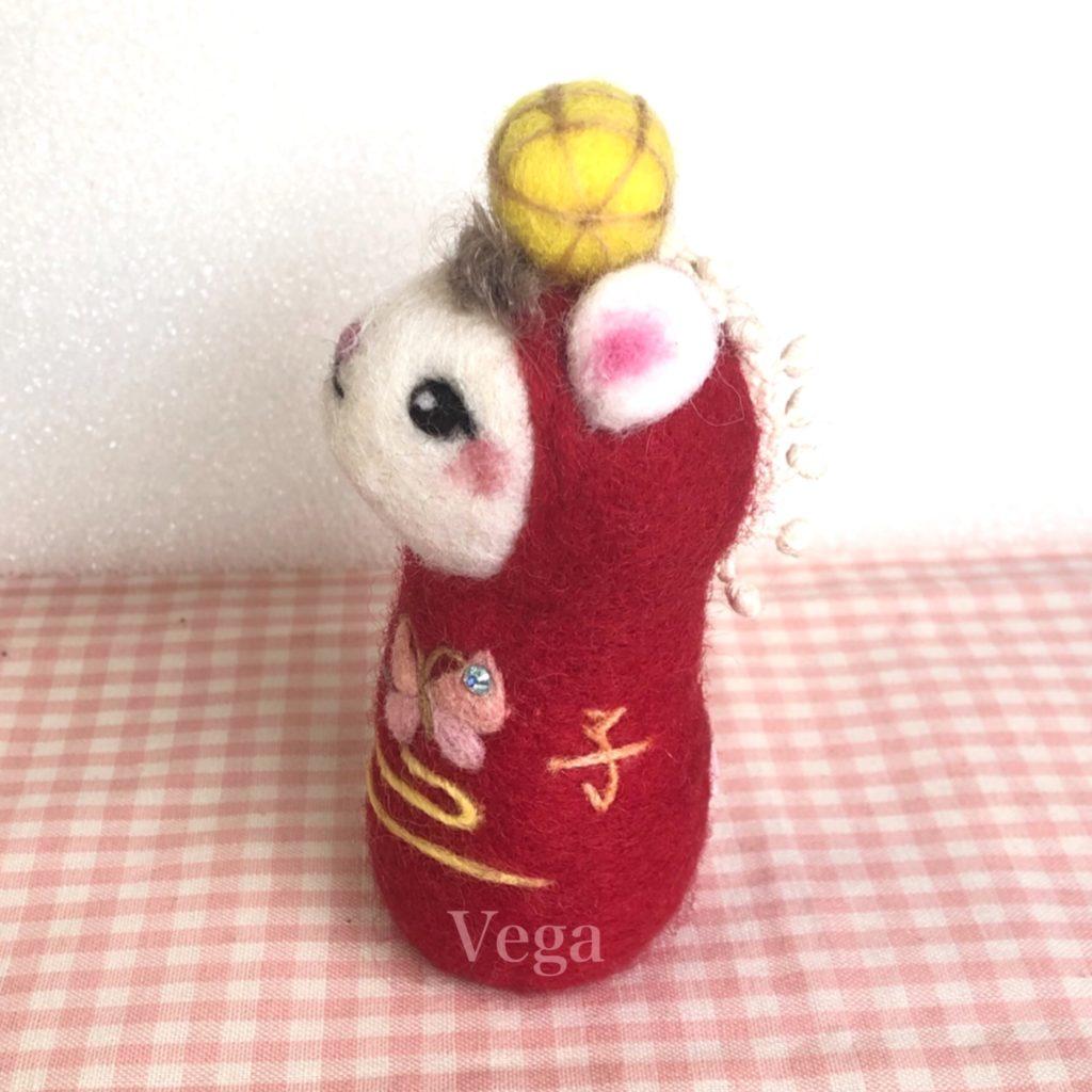 「子」の文字を羊毛刺繍した、ネズミさん
